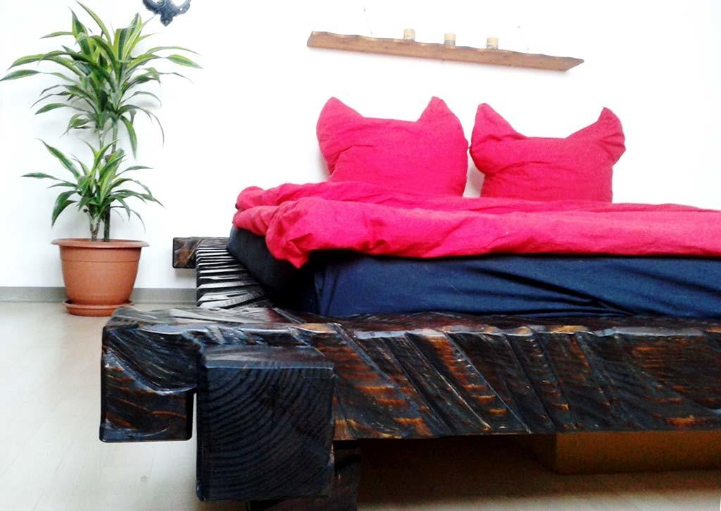 Kettensägen-Bett, 2013