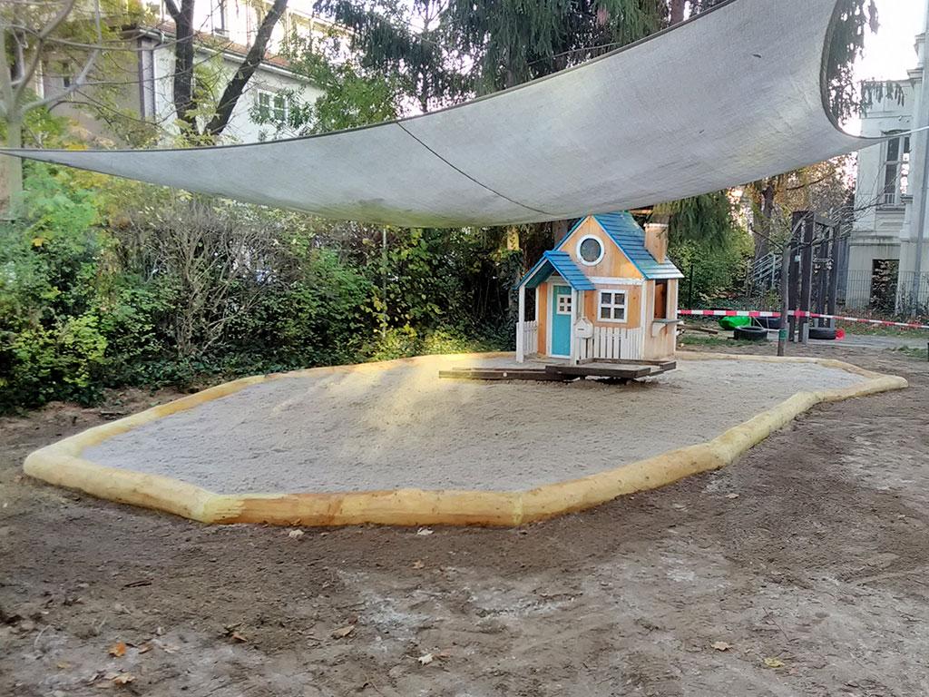 Sven Barnickel Sandkaste mit liegender Robinien-Rundstamm-Umrandung